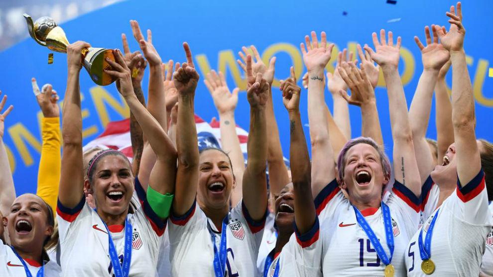Las jugadoras de Estados Unidos levantan la copa de campeonas del...
