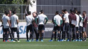 Jaime Lozano también observa a los jugadores