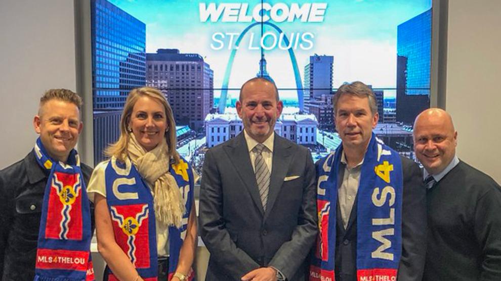Directivos del nuevo equipo de la MLS en San Luis posan con Don...