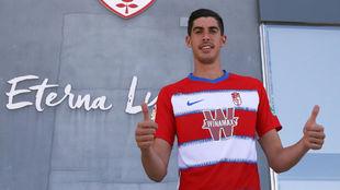 Carlos Fernández (23) posa con la camiseta del Granada.