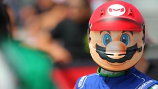 El corredor usó la cara del personaje en su casco.