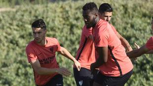 Corchia (28), a la izquierda, en un entrenamiento del Sevilla.