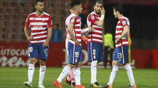 Los jugadores del Granada desolados tras una derrota la pasada...