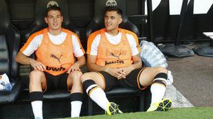 Maxi, sentado junto a Manu Vallejo en el banquillo, en el partido ante...