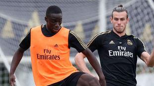 Mendy y Bale, en el entrenamiento de esta mañana en Valdebebas.