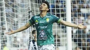 Ángel Mena festeja su gol ante el Monterrey en la jornada 3