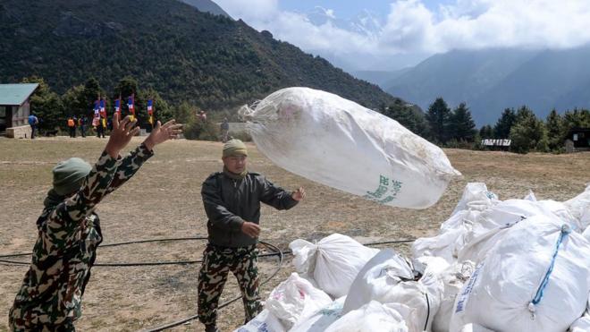 El ejército de Nepal recogiendo bolsas de basura del Monte Everest