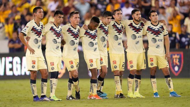 Futbolistas del América durante la tanda de penaltis ante los Tigres.