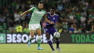 Salisu  pugna por un balón con Borja Iglesias en el primer partido de...