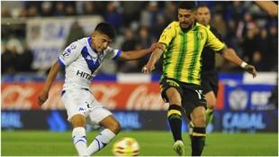 Thiago Almada en un partido con Vélez