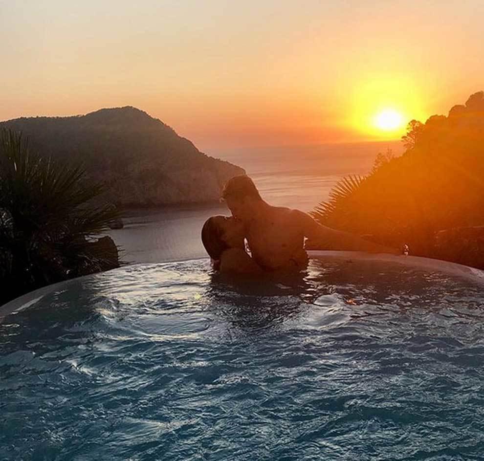 Apasionado beso en la piscina de Frenkie de Jong y Mikky Kiemeney en...