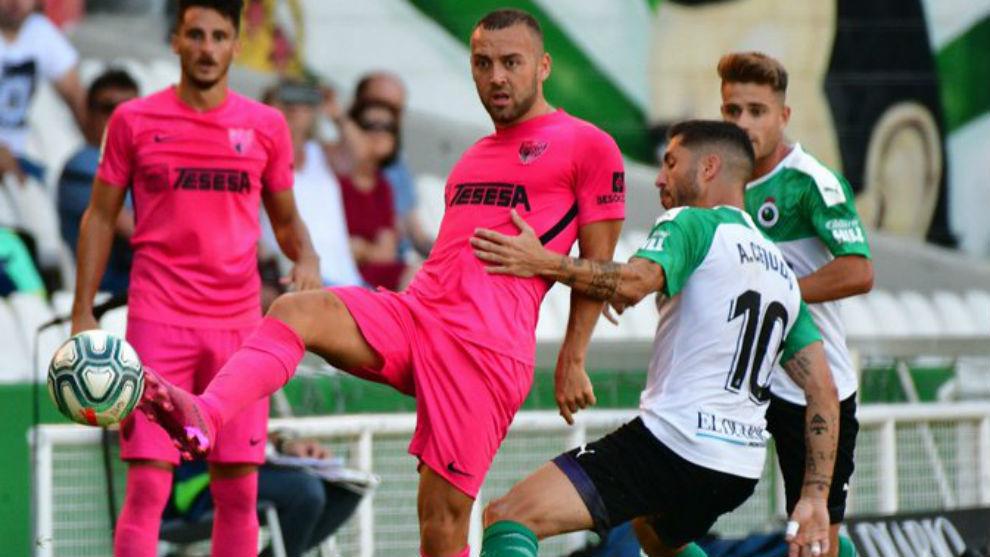 Keidi Baré, uno de los jugadores con ficha del filial, pugna ante...