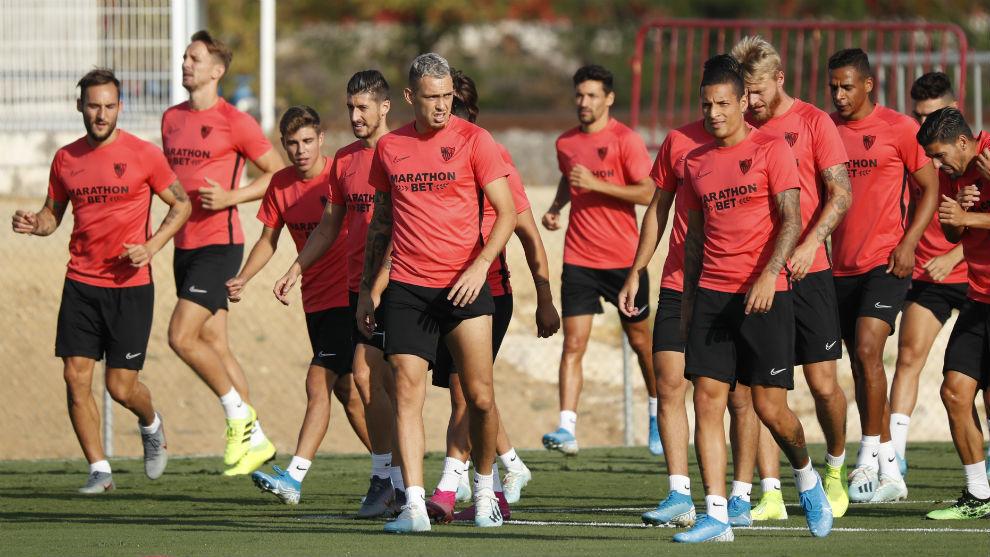 Jugadores del Sevilla en un entrenamiento en la Ciudad Deportiva.