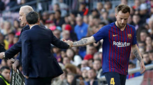 Ernesto Valverde and Ivan Rakitic after a substitution.