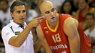 Sergio Scariolo da instrucciones a Xavi Rey durante un amistoso con...