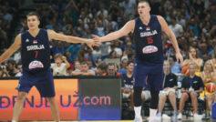 Nikola Jokic y Bogdan Bogdanovic durante un partido de Serbia