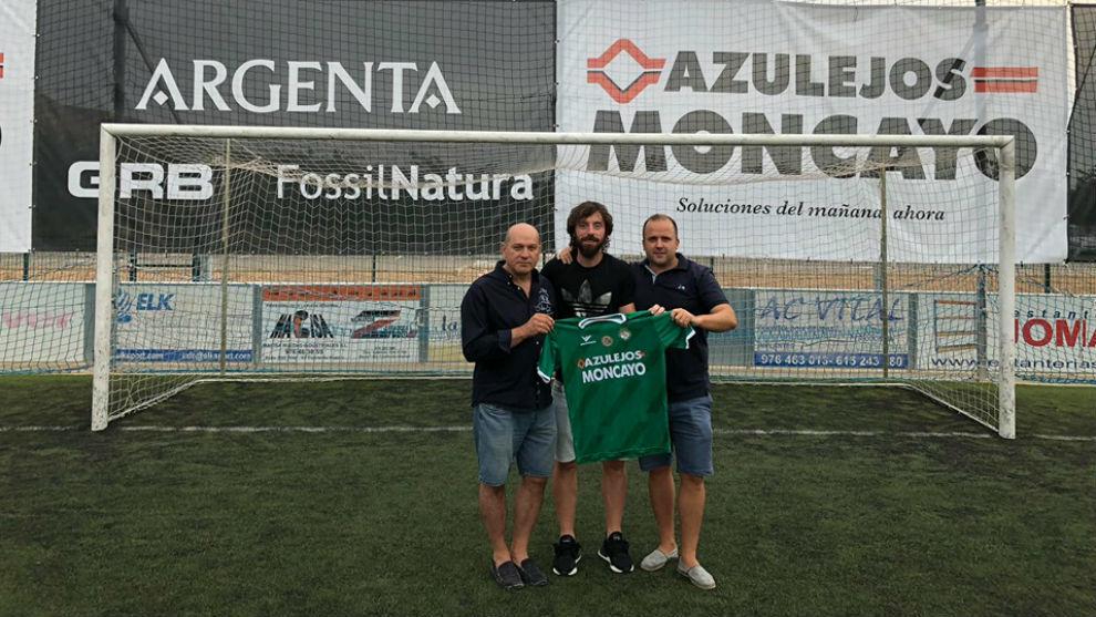 Nano Modrego posa con su nueva camiseta.