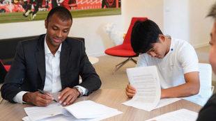 Kubo, firmando con Maheta Molango.