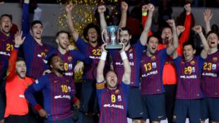 Los jugadores del Barcelona celebran la consecución de la Copa del...