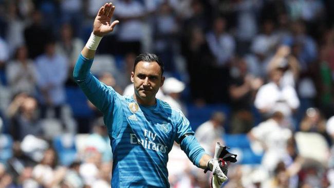 Keylor Navas, despidiéndose del Bernabéu en el último partido de la...