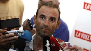 Alejandro Valverde atiende a los medios este jueves en Alicante.