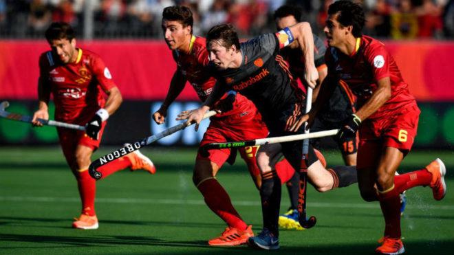 Los jugadores españoles rodean a un rival holandés.