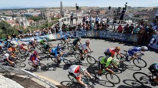El pelotón de la reciente Vuelta a Burgos en el Alto del Castillo,...