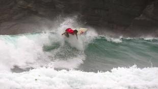 Surfista compite en Pantín, en una imagen de archivo