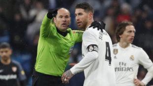 Mateu Lahoz dialoga con Ramos en un partido