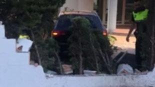 El coche derribó los muros del colegio contra el que impactó