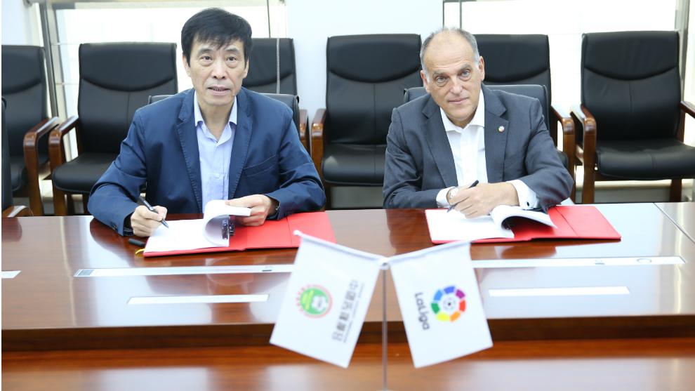 Javier Tebas, presidente de LaLiga, y Chen Xuyuan, presidente de la...