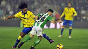 Mauricio Lemos ante su ahora compañero Rubén Castro en un Betis-Las...