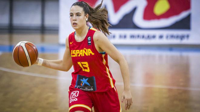 Marta Morales subiendo el balón en España