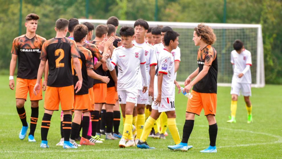 Los jugadores del Valencia saludan a sus rivales chinos
