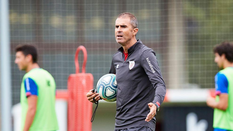 Garitano dirige a sus futbolistas en una sesión en Lezama.