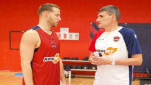Nik Stauskas habla con Velimir Perasovic durante un entrenamiento.
