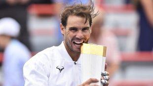 Rafa Nadal muerde el trofeo que le acredita como campeón del último...
