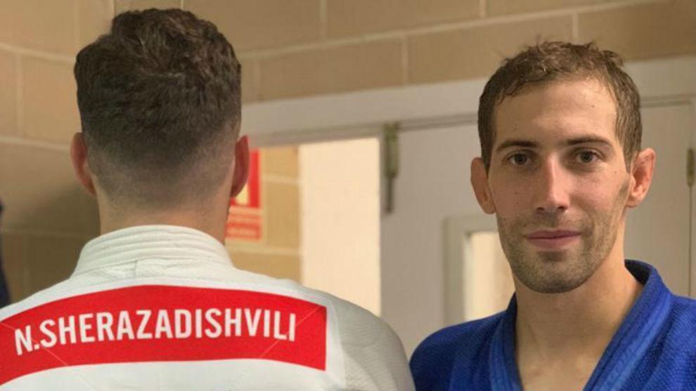 Niko Shera, de espaldas, posa con el dorsal rojo de campeón del mundo