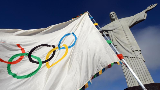 La bandera de los Juegos Olímpicos al lado del Cristo Redentor