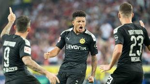 Los jugadores del Dortmund celebran el gol de Sancho (19).
