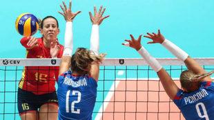 María Segura golpea la pelota durante el partido frente a Eslovaquia.