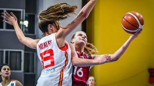 Marta Morales intenta dificultar el tiro de la letona Korzane