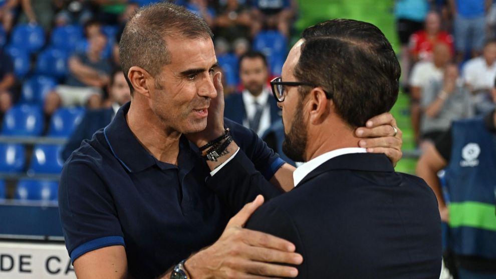 Garitano saluda a Bordalás antes de comenzar el partido.
