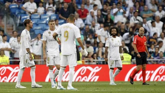 Los jugadores del Real Madrid, tras el empate del Valladolid.