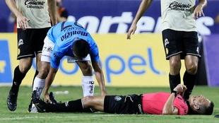 El árbitro Jesús Olalde abandonó el partido por un calambre.