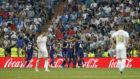 Bale y Jovic, cabizbajos después del gol del empate de Sergi...