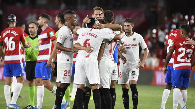 Los jugadores del Sevilla celebran su victoria en Los Cármenes.