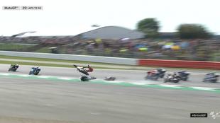 Dovi sale volando tras chocar con la moto de Quartararo.