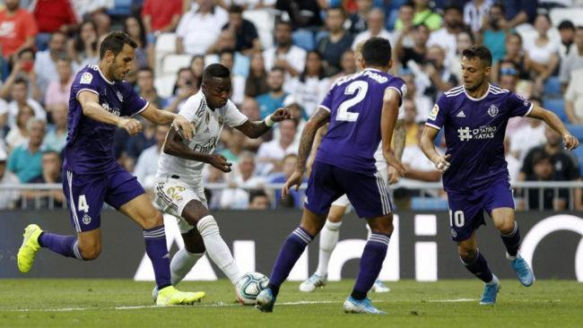 Vinícius intenta regatear ante el Valladolid.