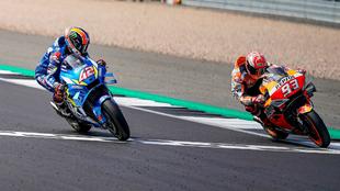 Rins supera a Márquez en la línea de meta.